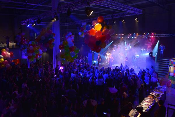 Bühne inklusive Licht- und Tontechnik