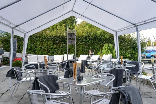 Terrasse mit Zelt