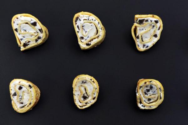 Crêpe-Röllchen mit Olivenfrischkäse